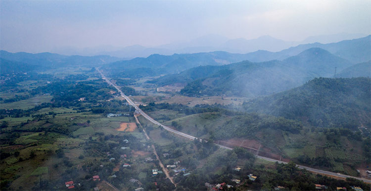 Những đụn khói rơm bốc lên từ phía ruộng lúa