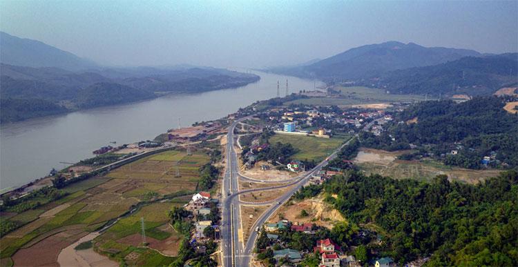 """Dòng sông Đà quanh co, uốn lượn, """"bám"""" lấy từng khúc cua của tuyến đường."""