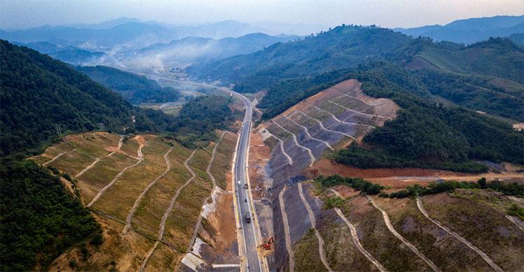 Để hoàn thành dự án này, rất nhiều ngọn núi đã bị xẻ đôi, sau đó làm kè để tránh sạt lở.