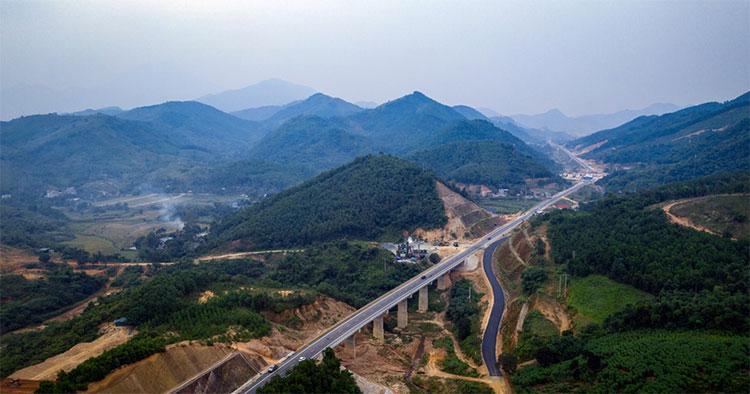 Tuyến đường nối Hoà Lạc (Hà Nội) và TP Hòa Bình (tỉnh Hòa Bình) chính thức được thông xe sau hơn 4 năm thi công.