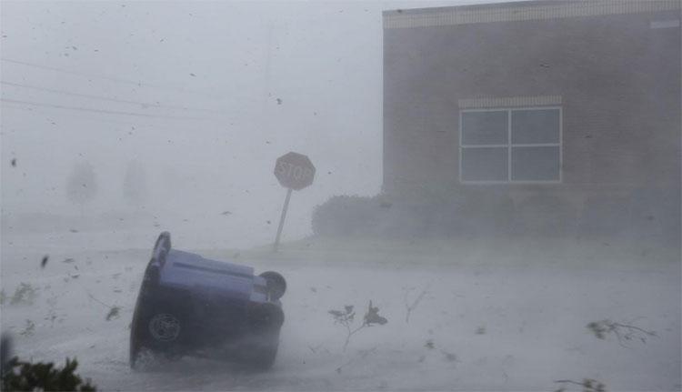 Gió mạnh thổi bay đồ vật trên đường khi bão Michael tấn công thành phố Panama City, bang Florida.