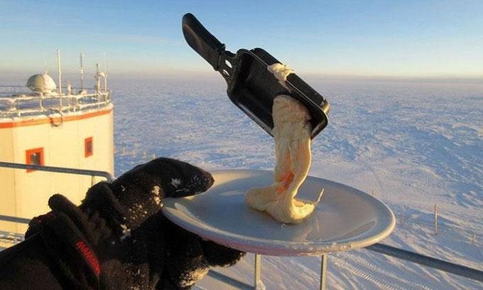 Khi Nam bán cầu bước vào mùa xuân, tiến sĩ Verseux quyết định kiểm tra xem có thể nấu nướng ngoài trời được không