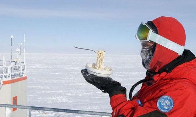 Đĩa mỳ spaghetti của ông đông cứng trước khi kịp đưa dĩa vào miệng.