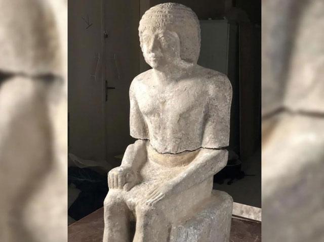 """Bức tượng của """"người canh giữ bí mật"""" trong quần thể lăng mộ Kaires."""