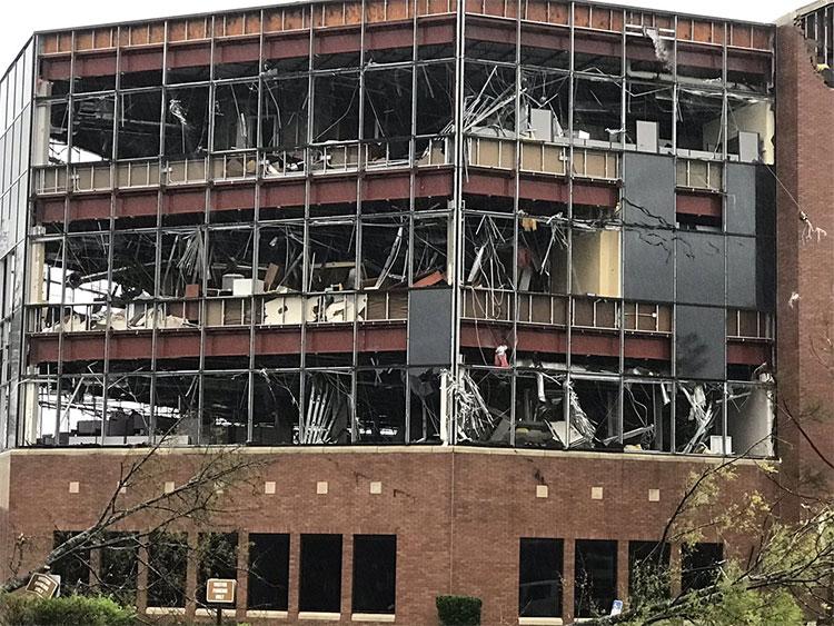 Bão Michael làm vỡ cửa kính các tòa nhà cao tầng.