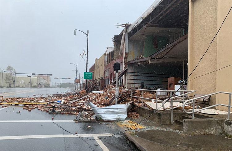 Bão phá nát nhiều ngôi nhà