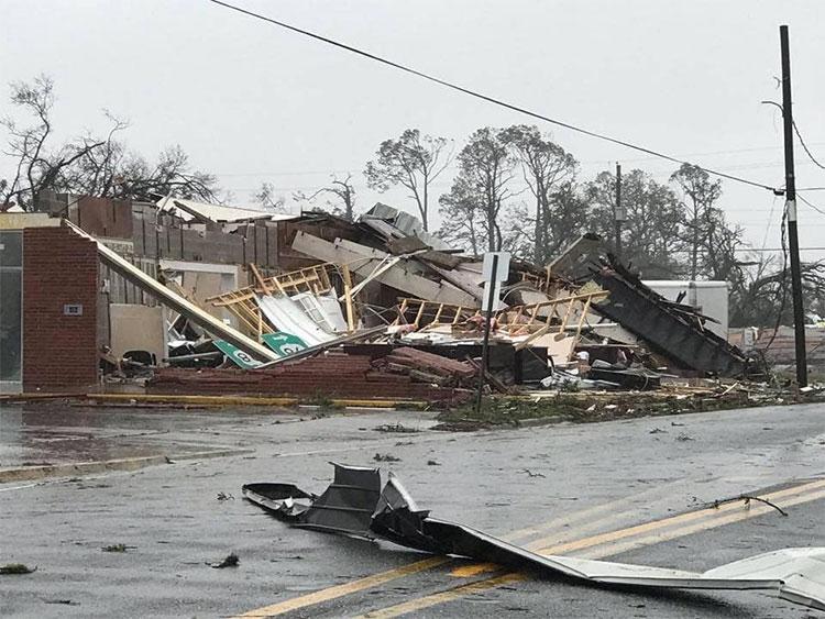 Cơn bão thổi bay mái nhà dân.
