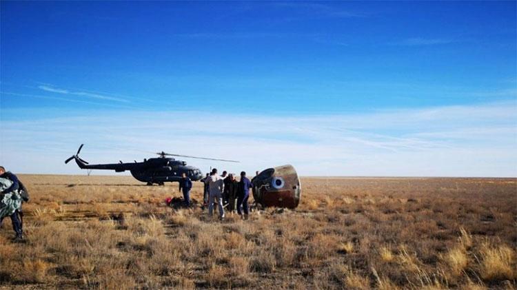 Khoang chứa hai phi hành gia tiếp đất an toàn tại Kazakhstan.