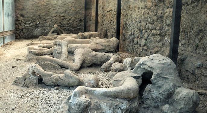 Những người hóa đá nổi tiếng ở thị trấn Pompeii lân cận.