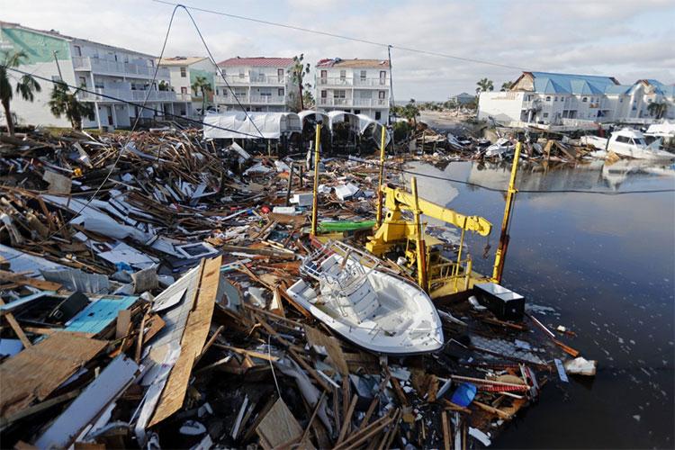 Tàu thuyền mắc kẹt cùng vô số mảnh vỡ trên vịnh Mexico.