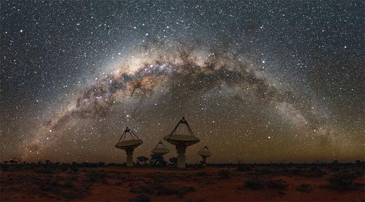 Một góc khác của hệ thống kính thiên văn khổng lồ đặt tại Tây Úc