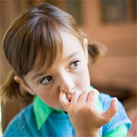 Dùng tay ngoáy mũi, coi chừng nhiễm vi khuẩn gây bệnh nguy hiểm chết người