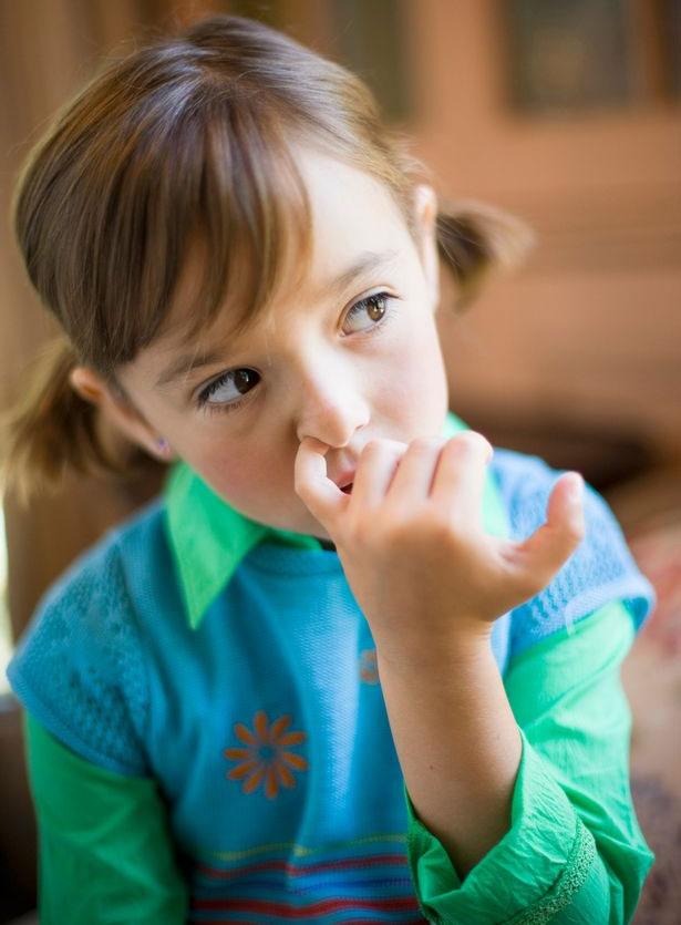 Dùng tay ngoáy mũi có thể làm lây lan phế cầu khuẩn.