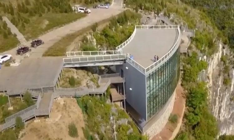 Bảo tàng bên vách núi