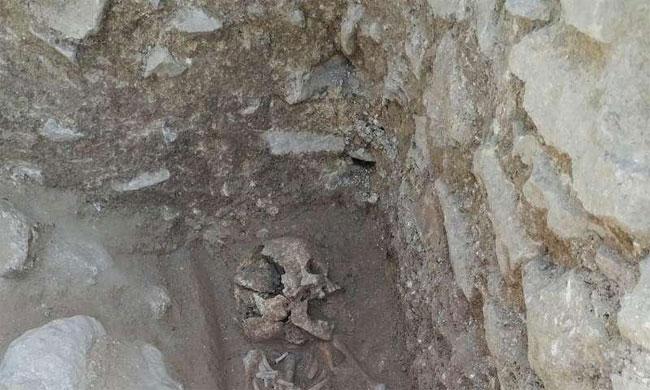 Thi thể được tìm thấy tại Nghĩa trang Trẻ em, một nơi chôn cất có niên đại từ năm 400.