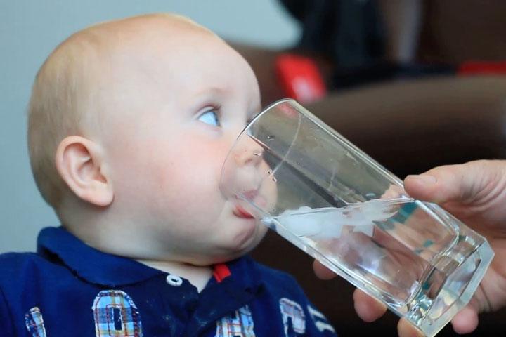 Không nên cho trẻ sơ sinh uống nước