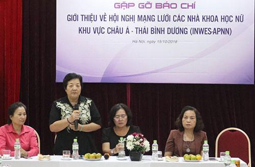 Đại diện Hội nữ tri thức Việt Nam công bố chương trình hội nghị.