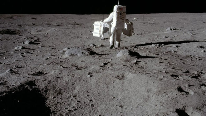 Buzz Aldrin xách đồ trên Mặt trăng.