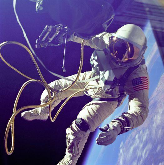 Người Mỹ đầu tiên thực hiện spacewalk.