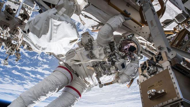 Chỉ huy Feustel dạo chơi tại ISS.