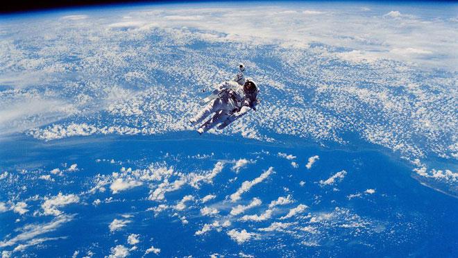 Bước trong không gian cùng tôi.
