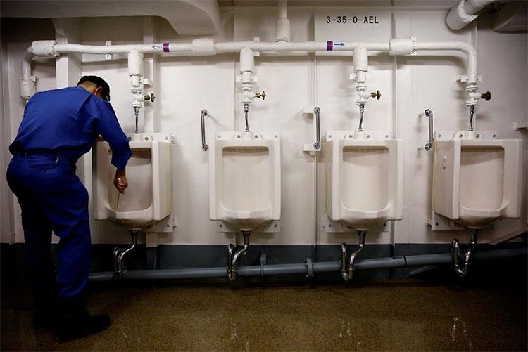Mỗi ngày, 500 thủy thủ trên tàu Kaga đều dành ra 30 phút để làm vệ sinh cho con tàu này.