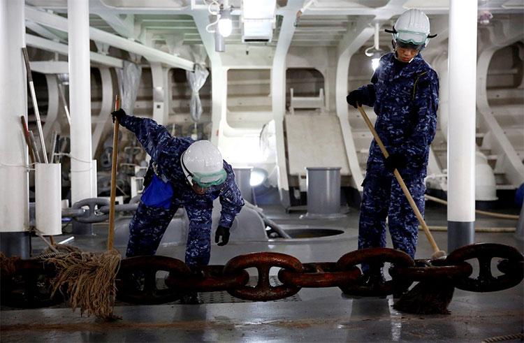 Thủy thủ lau chùi xích neo của tàu sân bay trực thăng Kaga.