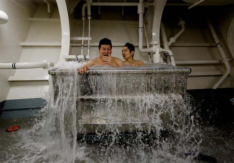 Sau một ngày tập luyện và làm việc mệt nhọc, 2 thủy thủ cùng nhau tắm bồn trên tàu Kaga.