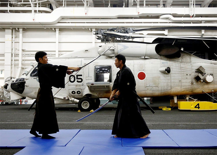 Hai thủy thủ luyện kiếm trên tàu Kaga.