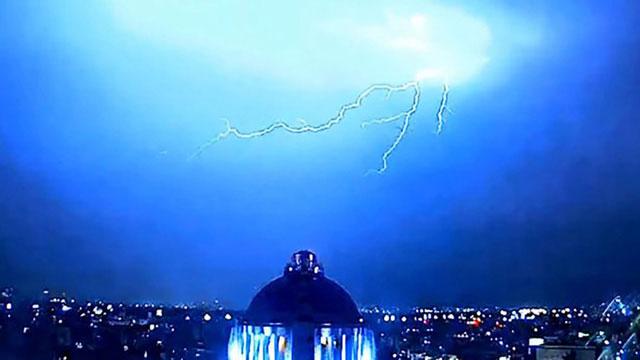 Những tia chớp sáng rực bầu trời sau khi vật thể bay biến mất trên bầu trời thủ đô Mexico.