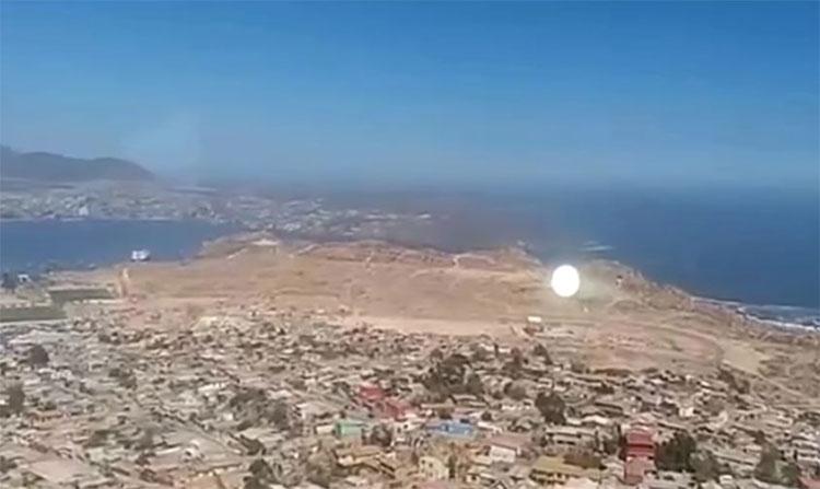 Khối ánh sáng trắng lơ lửng xuất hiện ở Coquimbo, Chile.