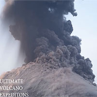 """Tàu du lịch suýt trúng """"bom"""" dung nham từ núi lửa"""