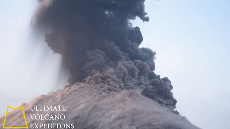 Núi lửa Krakatoa phun trào dữ dội.