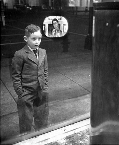 Hình ảnh lịch sử một cậu bé với gương mặt đầy biểu cảm khi lần đầu xem truyền hình