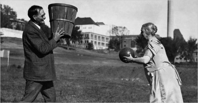 James Naismith - người phát minh ra môn bóng rổ - chơi môn thể thao hấp dẫn này với người vợ