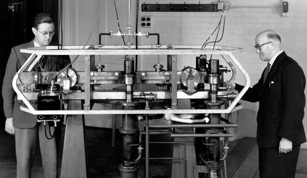 Hai nhà vật lý học Louis Essen và Jack Parry tìm ra cách sử dụng nguyên tử cesium