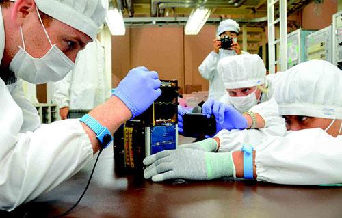 Các kỹ sư người Việt thực hành lắp ráp vệ tinh PicoDragon cùng chuyên gia tại Nhật Bản