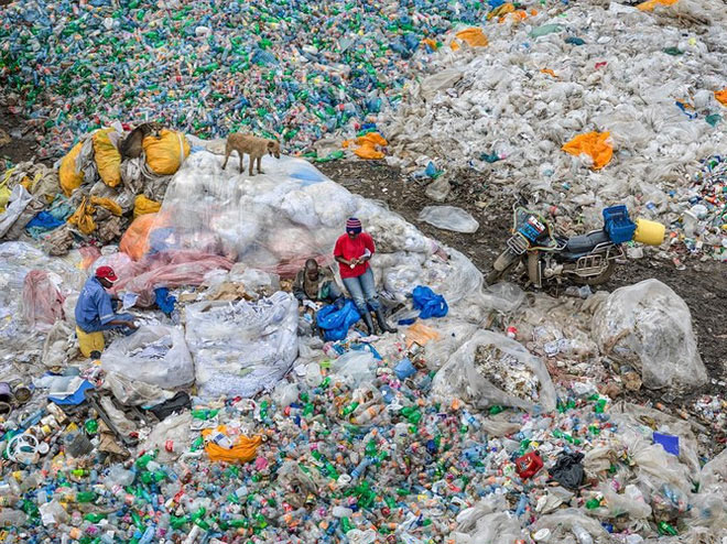 Bãi rác Landfill, ngập tràn rác thải nhựa, Nairobi, Kenya năm 2016.