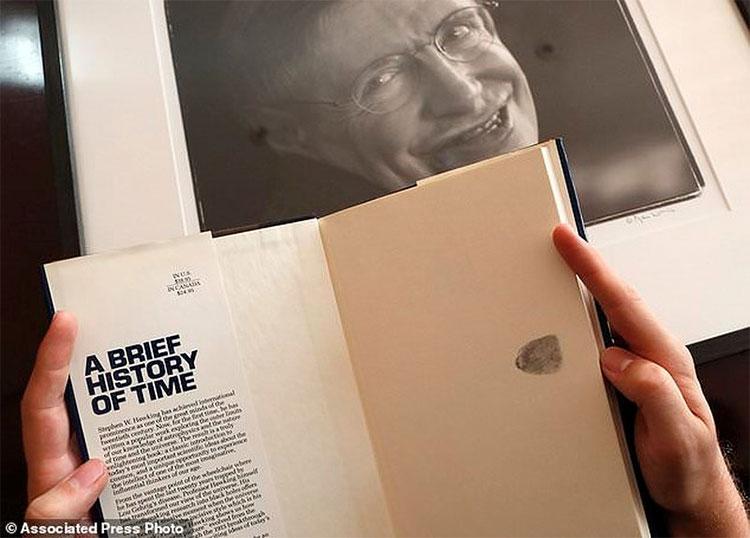 """Cuốn sách """"Lược sử thời gian"""" gắn bó với tên tuổi của nhà vật lý thiên tài."""