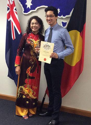 Nguyễn Việt Hùng cùng mẹ ruột trong ngày được công nhận trở thành công dân Australia ở tuổi 25.