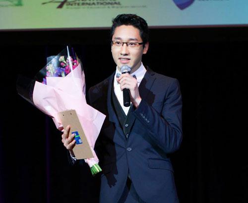 Nguyễn Việt Hùng phát biểu trong một sự kiện tại Australia.