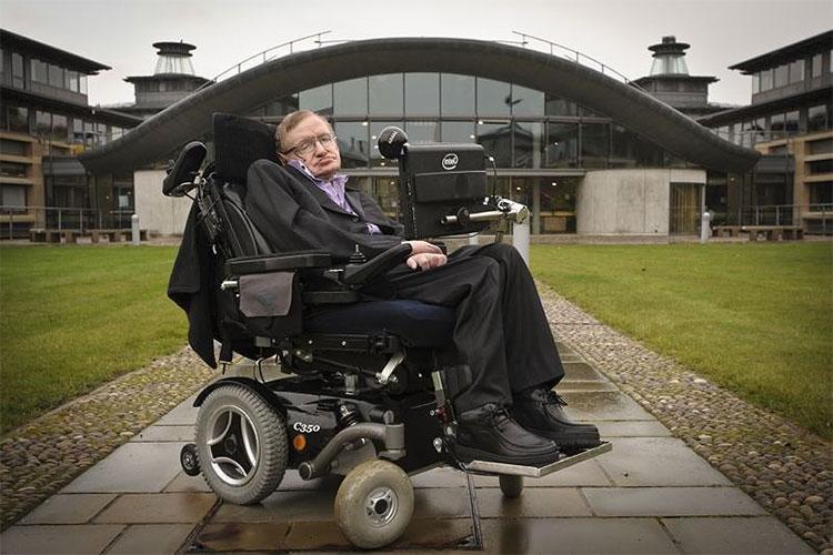Chiếc xe lăn của ông sẽ được bán đấu giá với giá dự kiến 13.000-19.500 USD.