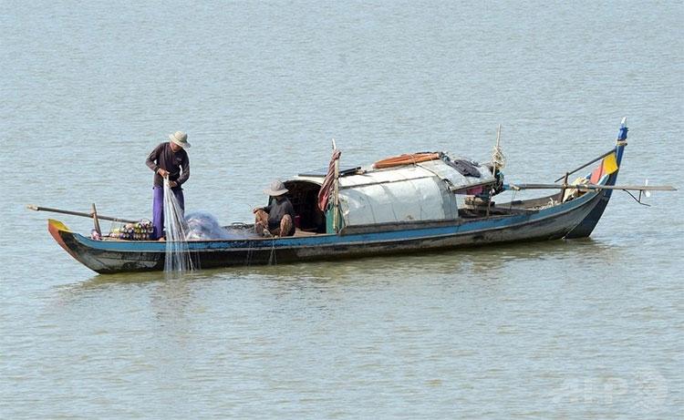 Ngư dân đánh bắt cá trên sông Mekong chảy qua tỉnh Kandal, Campuchia.