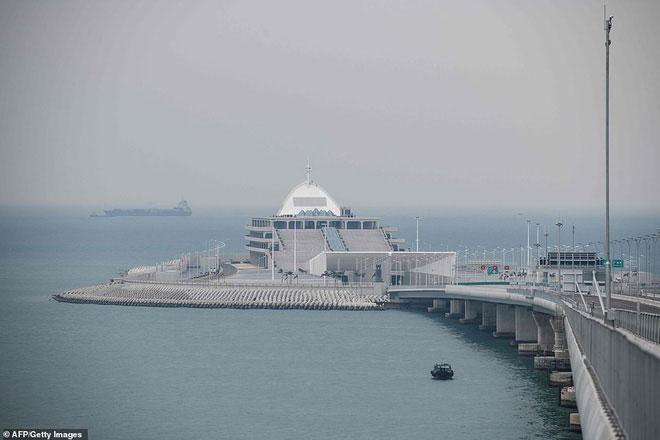 Khung cảnh Đảo Nhân tạo phía Đông của cầu Hong Kong - Châu Hải - Macau.