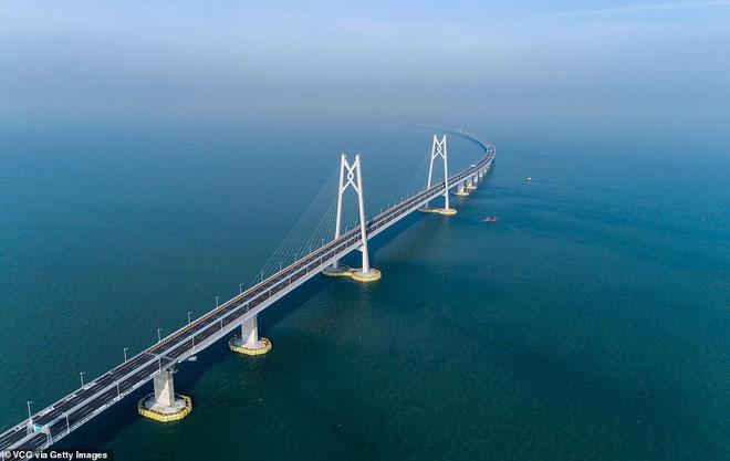 Cây cầu nhìn từ trên cao.