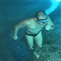 Clip hại não: Vì sao thanh niên đang đi bộ dưới đáy biển thì bất ngờ nhảy tiếp xuống biển?