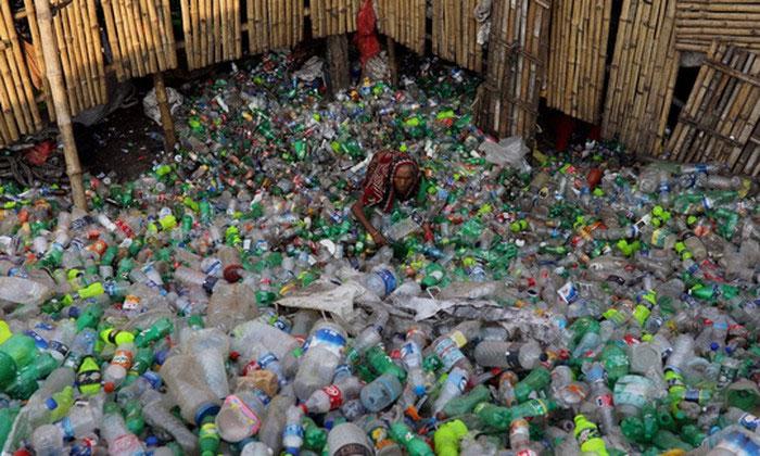 Một phụ nữ làm việc trong nhà máy tái chế chai nhựa ở thủ đô Dhaka - Bangladesh.