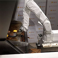 Robot nướng nhân burger đầu tiên trên thế giới