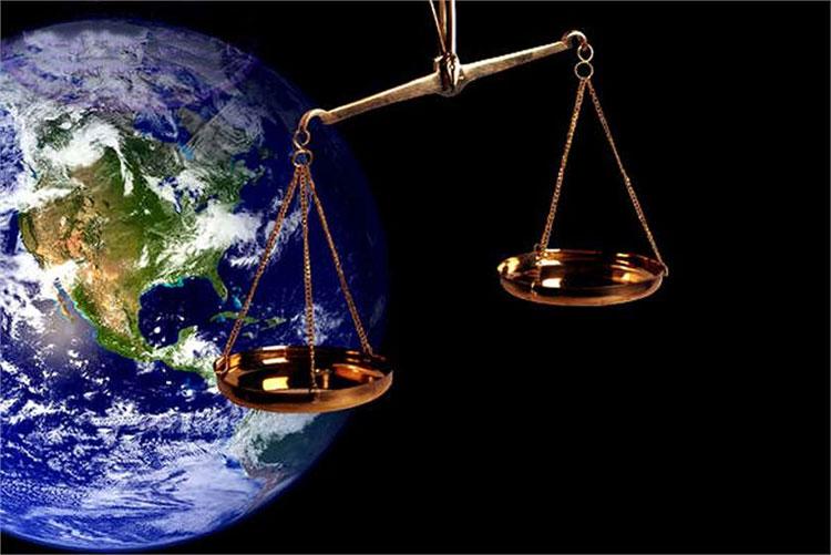 Bằng phương pháp của Newton, cho thấy khối lượng của Trái đất là khoảng 6,102 x 10^24kg.