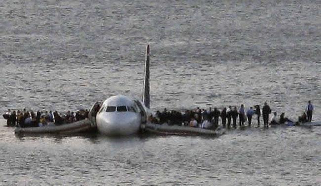 Máy bay đáp xuống sông Hudson ở New York, Mỹ.